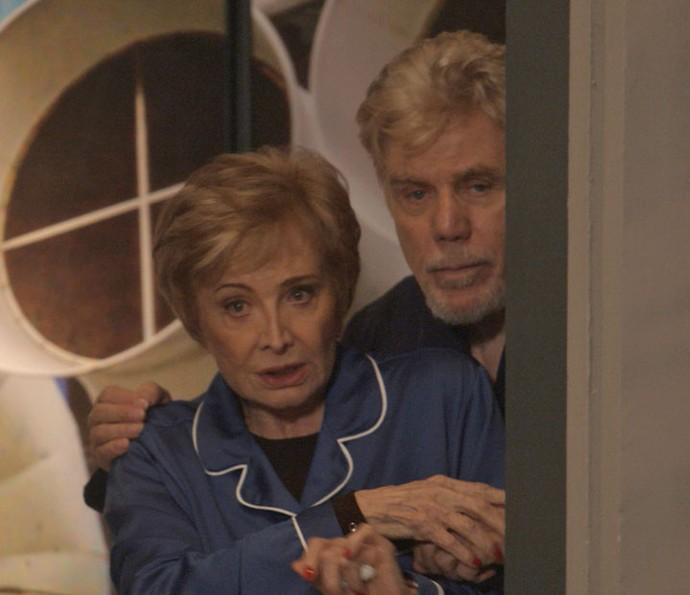 Stelinha e Maurice observam tudo de longe e ficam cheios de esperança (Foto: TV Globo)