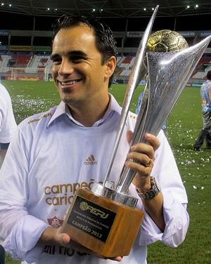 Rodrigo Caetano fluminense com a taça do campeonato carioca (Foto: Rafael Cavalieri / Globoesporte.com)