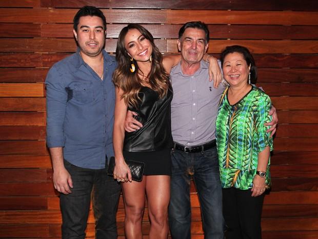 Sabrina Sato com a família no aniversário do o irmão Karin Sato em restaurante em São Paulo (Foto: Manuela Scarpa e Marcos Ribas/ Foto Rio News)