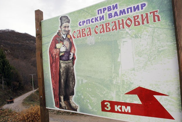 Outdoor mostra o lendário vampiro Sava Savanović . O cartaz diz: 'primeiro vampiro sérvio'. (Foto: Darko Vojinovic/AP)