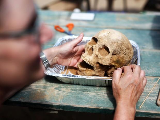 Os restos mortais estão passando por vários testes (Foto: Menahem Kahana/AFP)