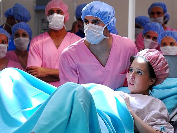Marjorie Estiano chega ao hospital vestida de noiva para dar à luz (Foto: João Miguel Júnior / TV Globo)