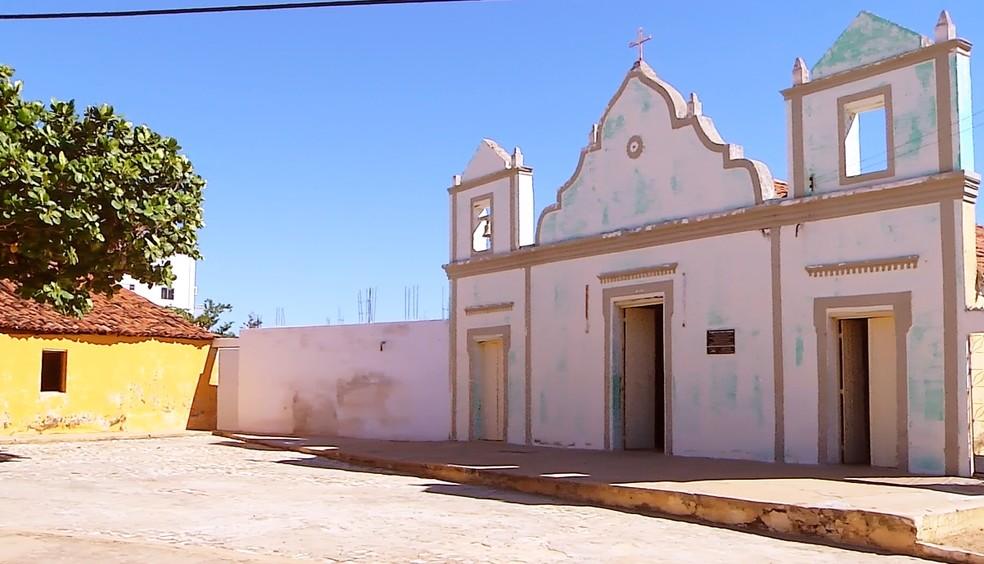 O ataque aconteceu no pátio dessa capelinha construída em 1901  (Foto: Reprodução/Inter TV Cabugi)