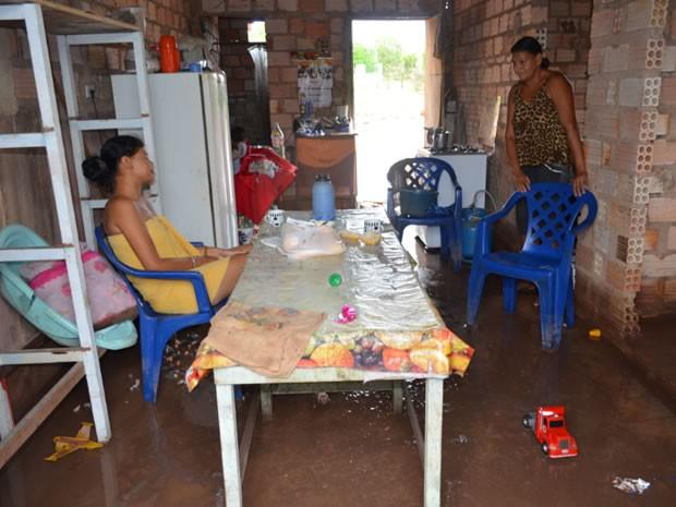 Moradora mostra lama dentro de casa. (Foto: Joab Ferreira/G1)
