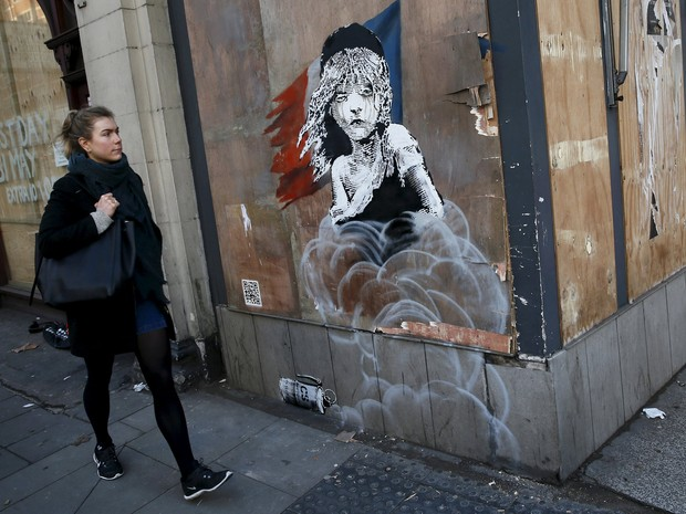 Mural imitou logo do musical 'Les Miserábles' (Foto: Stefan Wermuth/Reuters)