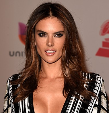 Modelo top Alessandra Ambrosio sorrindo (Foto: Getty Images)