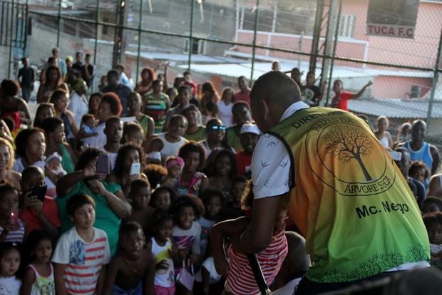 Nego do Borel rodeado de criança (Foto: Agnews)