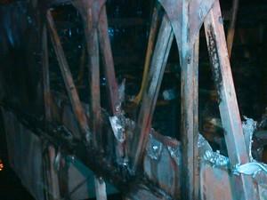 Ônibus ficou incendiado no Aventureiro, em Joinville, no Norte de SC (Foto: Jean Mazzonetto/RBS TV)