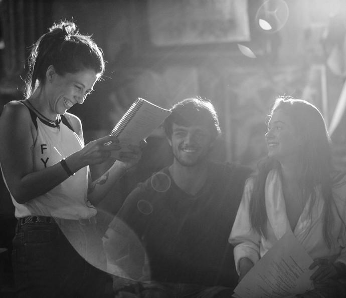 A diretora Noa Bressane cai na risada com Felipe Simas e Marina Ruy Barbosa (Foto: Raphael Dias/Gshow)