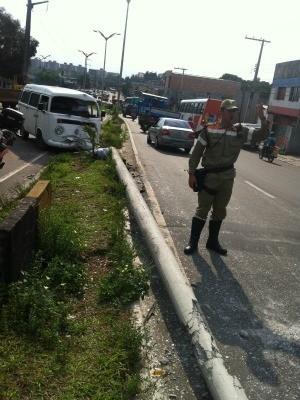 Acidente complicou trânsito logo cedo em Manaus (Foto: Girlene Medeiros/G1 AM)