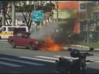 Carro pega fogo em cruzamento de avenidas no Centro de Valinhos, SP