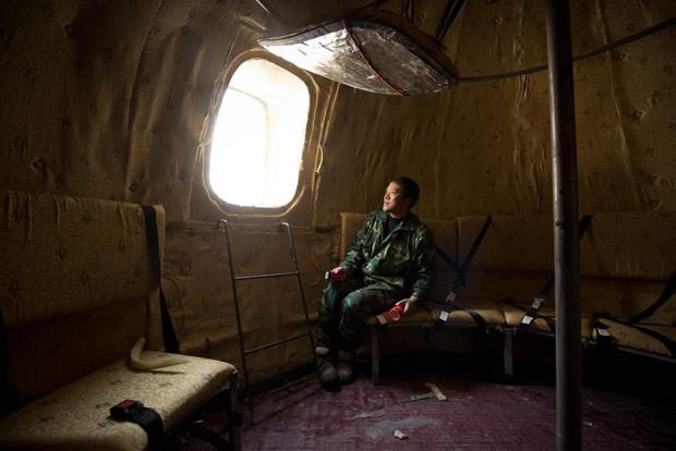 Liu Qiyan dentro de sua criação (Foto: Ed Jones/AFP)