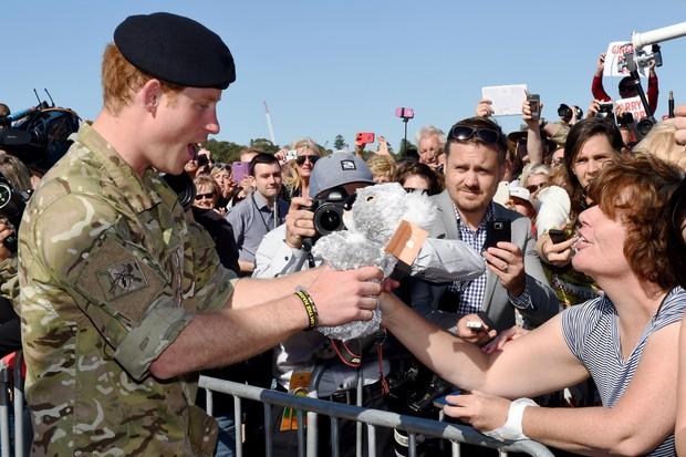Príncipe Harry ganha presentes para a sobrinha, Charlotte (Foto: AFP Photo / Pool / Dean Lewins )