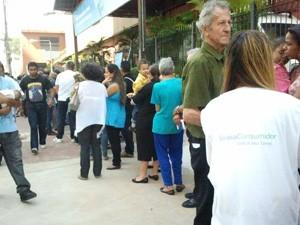 Visitantes passam por triagem antes de serem encaminhados a negociação (Foto: Glauco Araújo/G1)