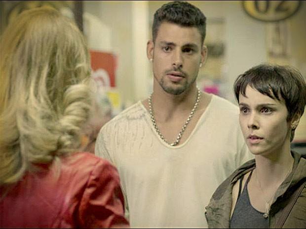 Jorginho e Nina tentam disfarsar climão ao encontrar Ivana (Foto: Avenida Brasil / TV Globo)