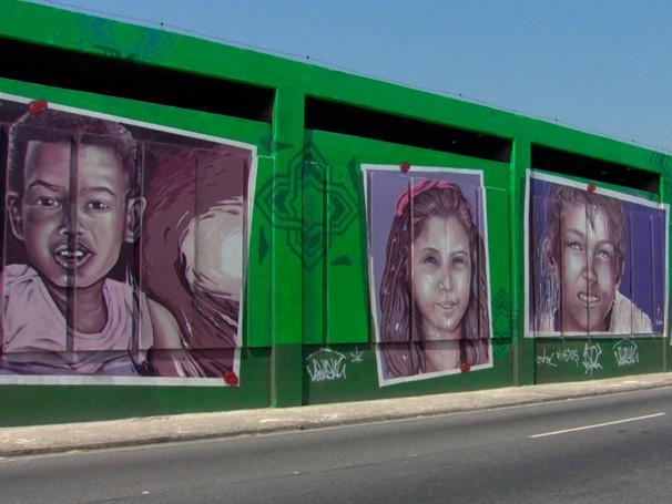 Crianças de uma escola de Inhauma inspiraram grafittis no muro do metrô do Rio (Foto: Reprodução de TV)