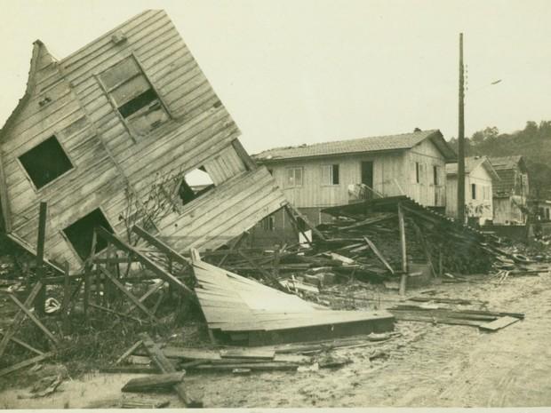 Força da água arrastou casas (Foto: Fundação Cultural de Blumenau/Arquivo Histórico José Ferreira da Silva)
