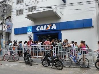 Fila na porta da agência da Caixa em Canindé (Foto: Everton Félix/Canindé Notícias)