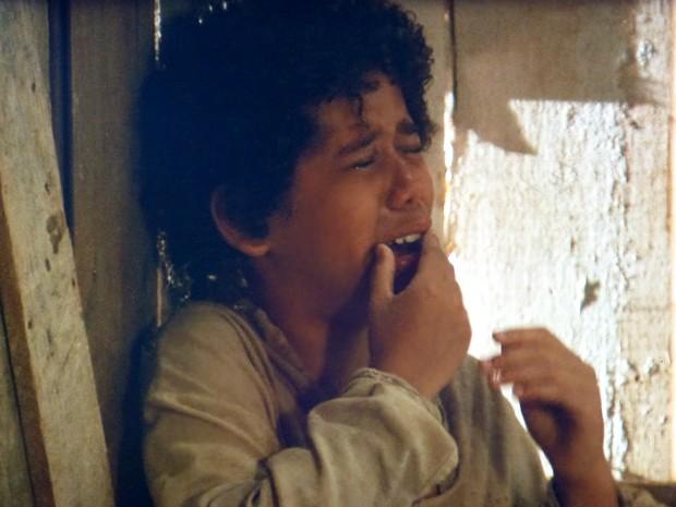 Elias chora desesperado com a boca ardendo (Foto: Lado a Lado / TV Globo)