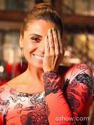 Giovanna escolhe verde pistache perolado com toque de dourado para as unhas de Clara (Foto: Carol Caminha/ TV Globo)