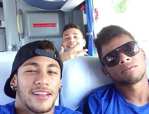 Neymar e André, no ônibus (Foto: Reprodução  / Instagram)