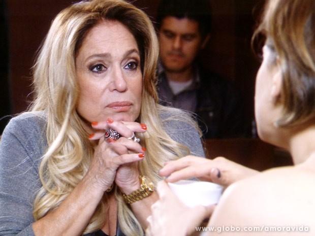 Pilar está muito desconfiada (Foto: Amor à Vida/ TV Globo)