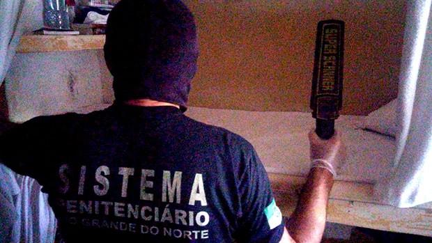 Agentes penitenciários do Pavilhão 5 fazem buscas na cela do preso apontado como líder do esquema (Foto: GOE/Grupo de Operações Especiais)