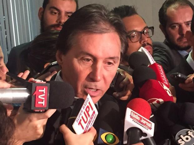 Líder do PMDB no Senado anunciou para jornalistas a indicação do senador Raimundo Lira (Foto: Nathalia Passarinho/G1)