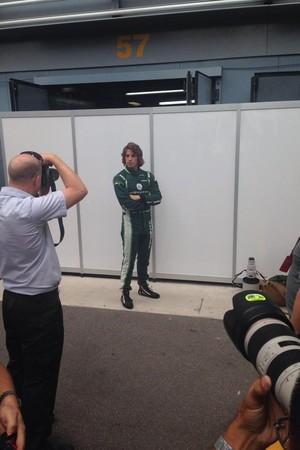 Roberto Merhi já posa com macacão da Caterham em Monza (Foto: Reprodução/Twitter)