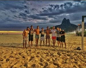 Luca Dotto joga bola na praia de Ipanema (Foto: Reprodução/Instagram)