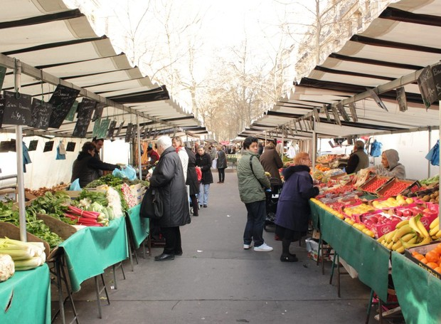 Marché Raspail, feira de orgânicos em Montparnasse (Foto: Olívia Fraga / Editora Globo)