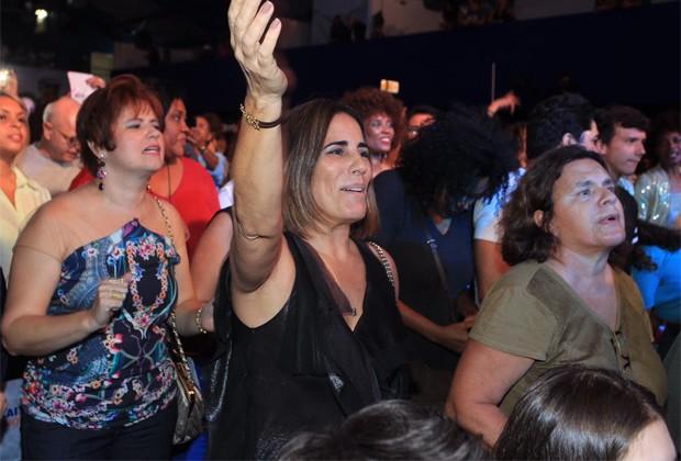 Gloria Pires cai no samba (Foto: Marcello Sá Barretto / AgNews)