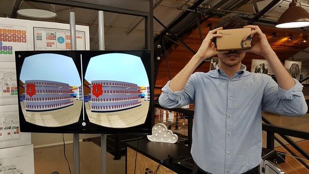 Funcionário da Oracle demonstra uma das funções da realidade aumentada criada no Innovation Labs, da Oracle (Foto: Andressa Basilio)