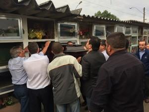 Corpo de Dóris Terra foi enterrado em São Francisco de Paula (Foto: Jonas Campos/RBS TV)