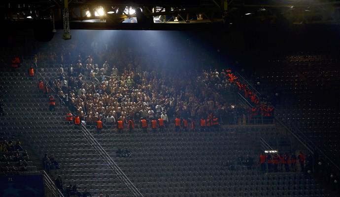 Sem camisa em sua maioria, torcedores do Légia Varsóvia assistem ao jogo contra o Borussia Dortmund (Foto: REUTERS/Wolfgang Rattay)
