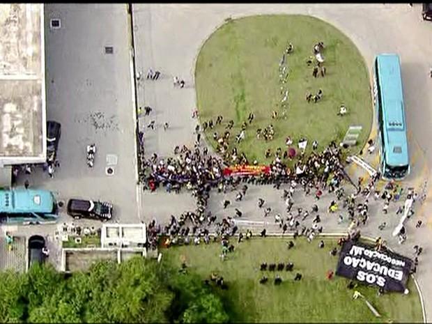 Manifestantes protestam perto de hotel onde seleção se apresentou (Foto: Reprodução/TV Globo)