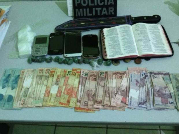 Material apreendido na casa do suspeito durante operação (Foto: Divulgação/Polícia Militar)