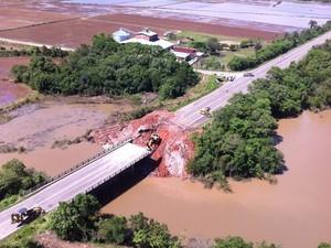 Cabeceira de ponte foi afetada elevação das águas de arroio (Foto: Julia Machado/Divulgação)