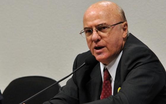 O presidente afastado da Eletronuclear, o almirante da marinha Othon Luiz Pinheiro da Silva, durante audiência no Senado, em 2011 (Foto: Antonio Cruz/ABr)