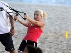Com as filhas, Samara Felippo se exercita na praia
