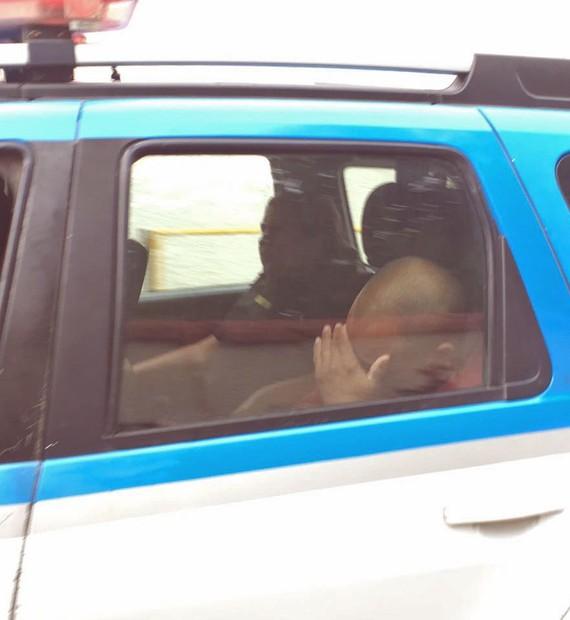 Resultado de imagem para PMs do RJ 'assaltaram' boca de fumo e venderam armas ao tráfico: 'shoppings' do crime, diz policial