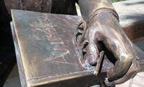 Vândalos quebram óculos da estátua de Aurélio Buarque na orla de Maceió (Derek Gustavo/G1)