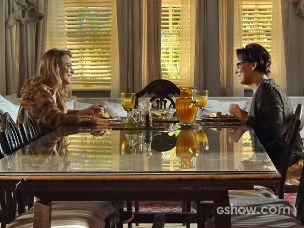 Shirley chama Selma para morar com ela no Rio (Foto: Em Família/ TV Globo)