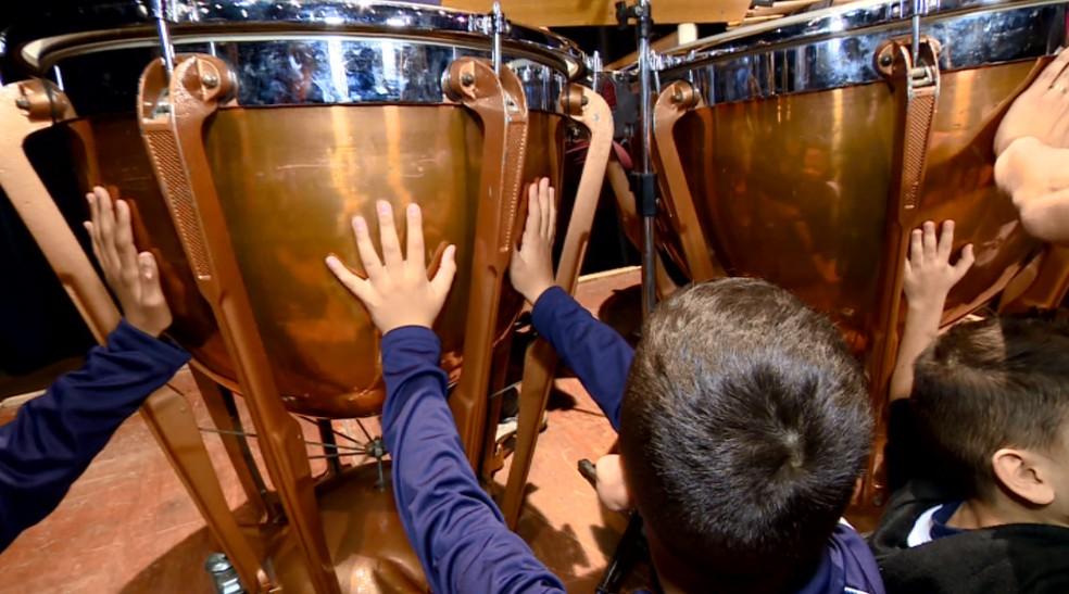 Através do toque, crianças sentiram a vibração dos instrumentos (Foto: Toni Mendes/EPTV)