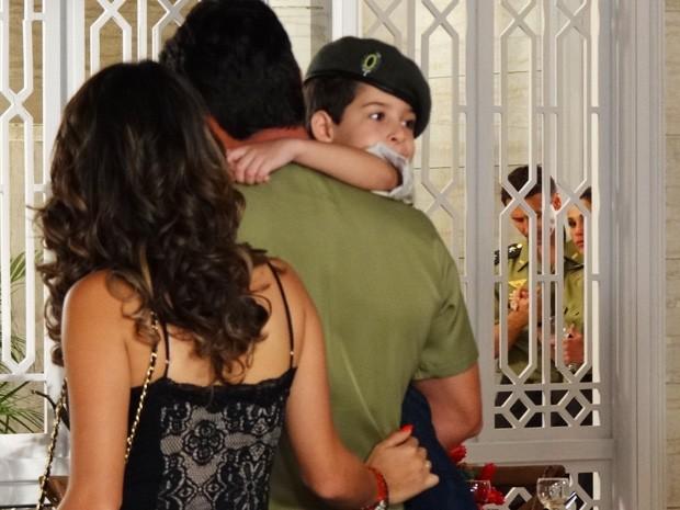 Théo repara em Érica e Élcio conversando (Foto: Salve Jorge/ TV Globo)