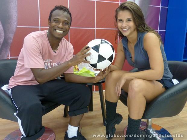 Edílson leva bola de futebol para se aquecer antes do ensaio com Lidiane (Foto: Domingão do Faustão / TV Globo)
