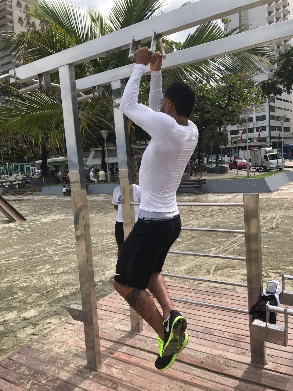 BLOG: Saudade? De férias, Gabigol aproveita para treinar na praia de Santos