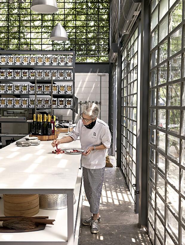 ., Ana monta um dos pratos para a seção de fotos (Foto: Lufe Gomes/Editora Globo)