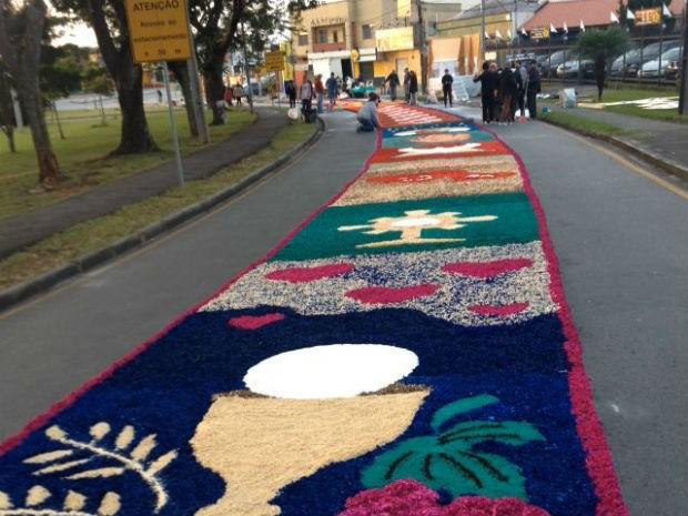No bairro Boqueirão, tapete começou a ser feito por volta das 2h desta quinta-feira (26)  (Foto: Karine Garcia / RPC )