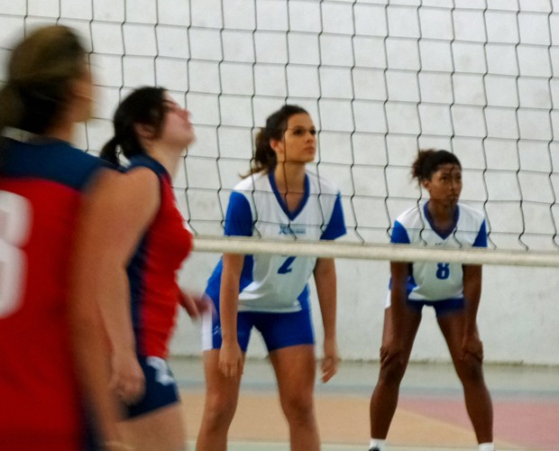 Bruna joga volei (Foto: Em Família/TV Globo)